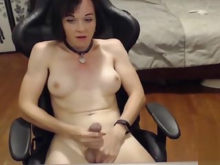 Full-grown tranny jerks dick webcam
