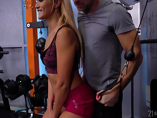 Sporty bitch Cherry Nuzzle mill on two erected cocks in the gym