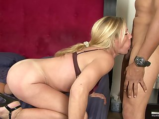 Hogwash licking mature takes a smart dick in her mouth and pussy
