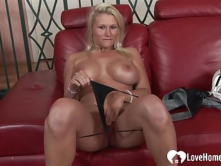 Busty comme ci rides a rock authentic pecker